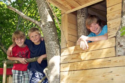 gemeinsam mit anderen kindern ein baumhaus bauen ferienlager. Black Bedroom Furniture Sets. Home Design Ideas